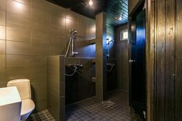 Kylpyuoneessa kaksi suihkua.