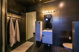 Upea kylpyhuone, jossa myös wc-tilat.