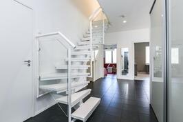 Eteistila, josta valkoinen portaikko yläkertaan.