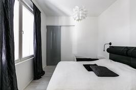 Alakerran makuuhuone 1, jonka yhteydessä vaatehuone.