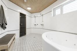 Tyylikkäässä kylpyhuoneessa mm.poreamme
