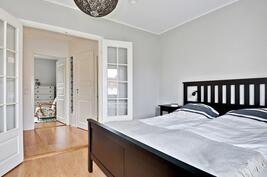 Kauniit lasipariovet isompaan makuuhuoneeseen/Vackra glaspardörrar till större sovr.