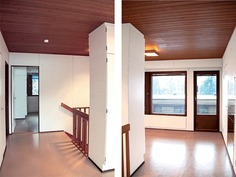 Yläkerran tilava ja valoisa aulatila, josta myös k