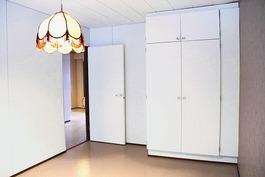 Yläkerran tilava makuuhuone, jossa myös kaappitila