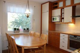 Keittiössä tilaa ruokapöydälle