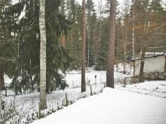 Talvella pihalla voi laskea pulkalla.