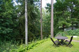 Kesällä tontti on vehreä ja suojaisa.