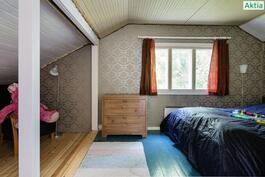 Yläkerran suurempi makuuhuone