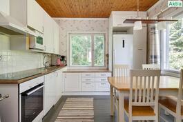 Keittiössä on ikkunat kahdella seinällä