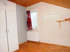 Tilavampi yläkerran huone
