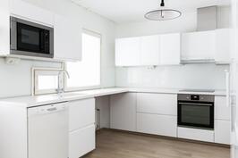 moderni uusittu keittiö