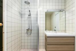 suihku erotettu seinämällä allastasosta
