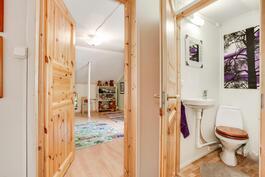Yläkerran toinen makuuhuone ja wc