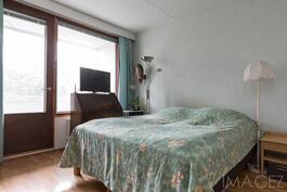 Makuuhuone josta käynti parvekkeelle