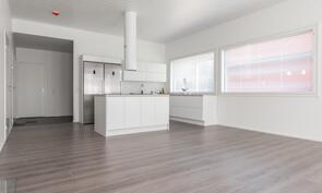 Keittiö ja olohuone ovat yhtenäistä tilaa (Palloilijantie)