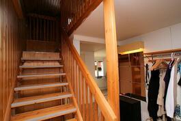 Eteisestä portaikko yläkertaan ja naulakko