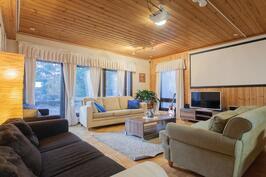 Olohuoneeseen mahtuu useampi sohva, käynti myös takapihalle