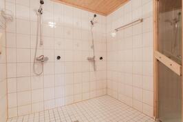 Saunan kylpyhuoneessa on kaksi suihkua