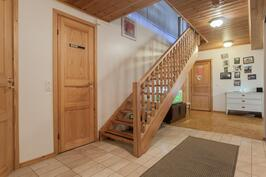 Eteisessä tilaa säästävät portaat yläkertaan.