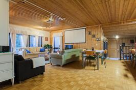 Olohuone ja ruokailutila, näkymä takkahuoneelle