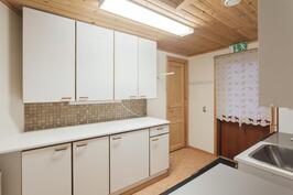 kodinhoitohuone on keittiö vieressä, käynti myös kuivavarastoon.