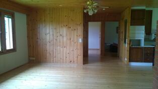 Olohuone ja keittiö ovat valoisaa ja tilavaa huonetilaa