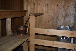Sauna jossa sähkökiuas.