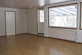 Iso olohuone josta kulku katetulle terassille.