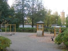 Vieressä puistoalue leikkipaikkoineen