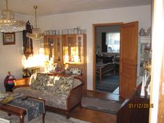 Olohuone keittiöstä päin ja näkymä edelleen päämakuuhuoneeseen