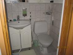 Erillinen, talon ainoa WC-tila eteistilojen yhteydessä