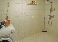 Kylpyhuoneessa tila ja liitännät pyykinpesukoneelle