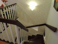 Avoin portaikko yläaulasta