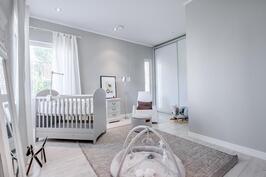 makuuhuone jossa liukuovelliset kaapistot