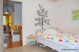 Yläkerran kadunpuoleinen makuuhuone