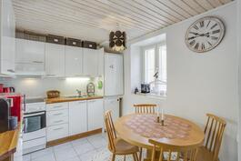 Keittiössä tilaa pienelle ruokapöydälle