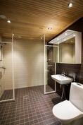 Kylpyhuoneessa kaksi suihkua ja wc
