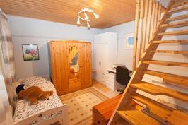 alakerran makuuhuone, josta rappuset yläkertaan