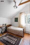 Makuuhuoneet ovat korkeimmillaan noin 3:n metrin korkuisia (2/3).