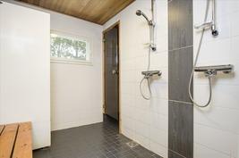 Uudistetussa (2006) kylpyhuoneessa 2 suihkua