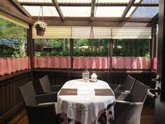 Takapihan katettu ja lasitettu terassi on suojaisa paikka nauttia kesäpäivistä