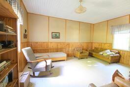 Vanhan talon alakerran huone 2