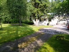 Kesäinen näkymä yläpihalta (portilta talon suuntaan)