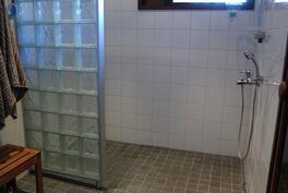 Kuva 1: Pesuhuoneessa 2 suihkua...