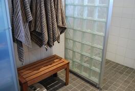 Kuva 2: Pesuhuoneessa pukuhuonetilaa...