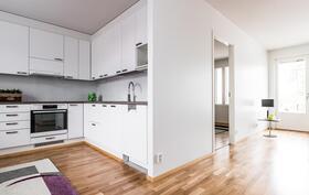 Kaunis valkoinen keittiö on esteettisesti kaunis