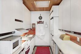 Keittiö, johon kattoikkuna tuo mukavasti lisävaloa.