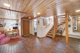 Alakerran tilava aula, vasemmalla takka, jonka viereiseen tilaan voi tarvittaessa tehdä makuuhuoneen.