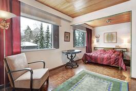 Tilavasta makuuhuoneesta saa helposti palautettua kaksi makuuhuonetta, molemmat ovet ovat paikallaan.