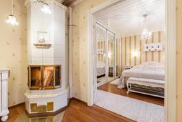 Olohuoneen takka ja 1. makuuhuone